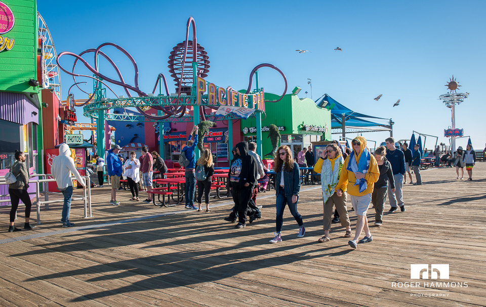 Northern Virginia wedding and portrait photographer Roger Hammons shares candid street photography taken in Santa Monica, California, in 2017. (Image 4 of 8)